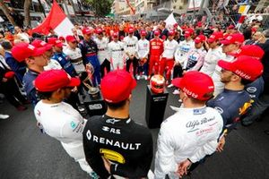 Drivers pay tribute to Niki Lauda on the grid
