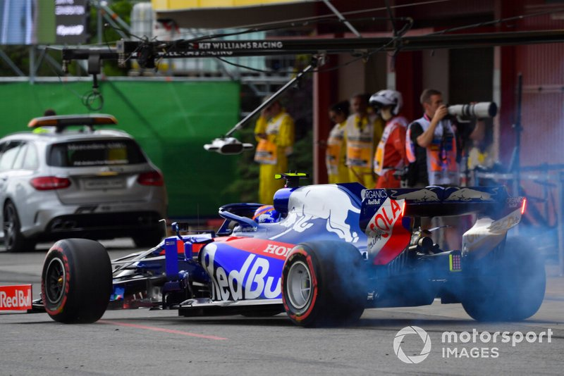 Alexander Albon, Toro Rosso STR14, nella pit lane