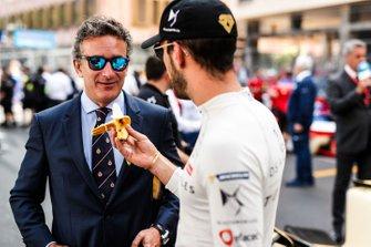 Jean-Eric Vergne, DS TECHEETAH offers Alejandro Agag, CEO, Formula E a banana