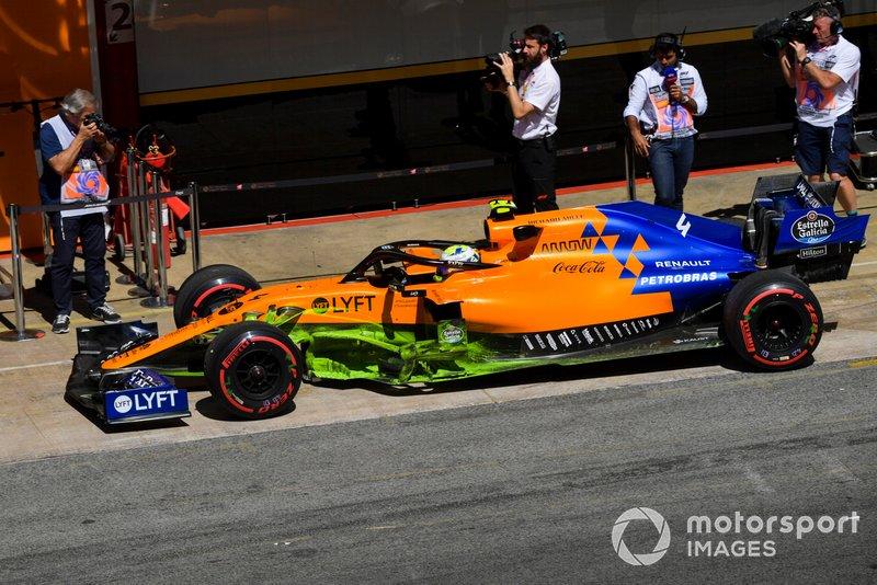 Lando Norris, McLaren MCL34, dans les stands