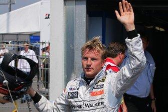 Ganador de la pole Kimi Raikkonen en parc ferme