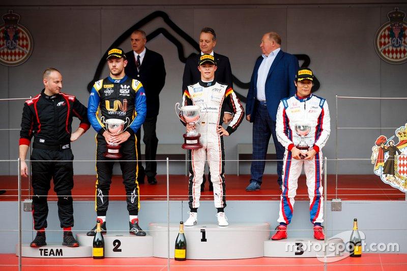 Luca Ghiotto, UNI Virtuosi Racing, Il vincitore della gara Nyck De Vries, ART Grand Prix e Nobuharu Matsushita, Carlin sul podio con il trofeo