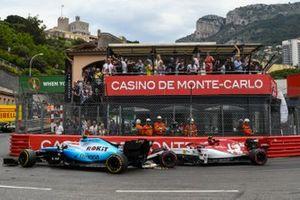 Antonio Giovinazzi, Alfa Romeo Racing C38, makes contact with Robert Kubica, Williams FW42