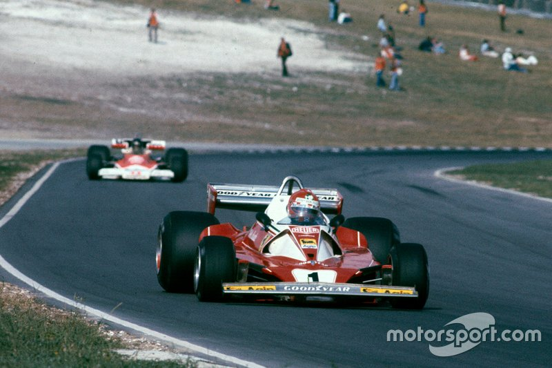 Niki Lauda, Ferrari 312T2 leads James Hunt, McLaren M23 Ford