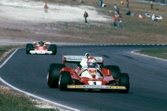 Niki Lauda, Ferrari 312T2 leads James Hunt, McLaren M23 Ford