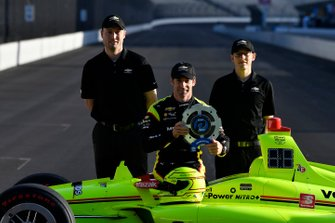 Simon Pagenaud, Team Penske Chevrolet NTT P1 award and pole winner with Chevrolet engineers, front row