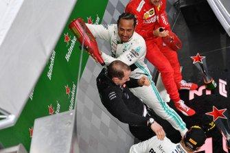 Podio: il vincitore Lewis Hamilton, Mercedes AMG F1 festeggia con lo champagne