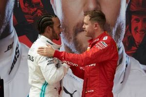 Sebastian Vettel, Ferrari, troisième, félicite Lewis Hamilton, Mercedes AMG F1, vainqueur, dans le Parc Fermé