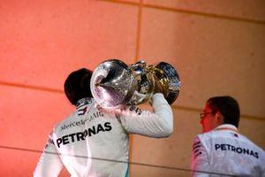 Le vainqueur, Lewis Hamilton, Mercedes AMG F1, s'en allant avec son trophée
