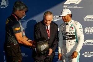 Pole Sitter Lewis Hamilton, Mercedes AMG F1 receives the Pirelli Pole Position Award from Alan Jones, Former F1 World Champion