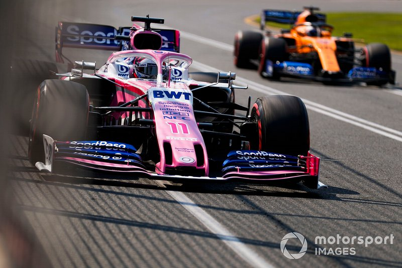 Sergio Perez, Racing Point RP19, precede Carlos Sainz Jr., McLaren MCL34