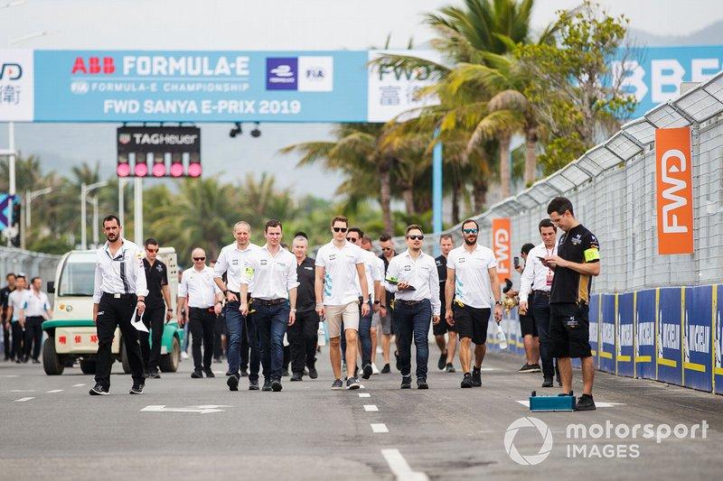 Stoffel Vandoorne, HWA Racelab, Gary Paffett, HWA Racelab, walk the track with team members