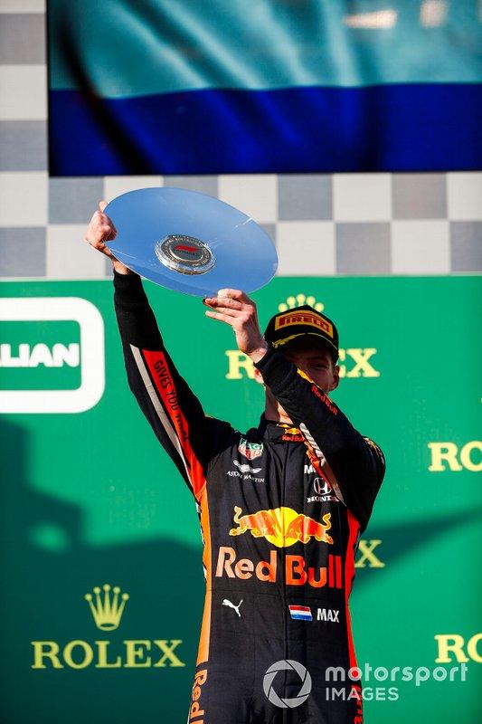 Max Verstappen, Red Bull Racing, terzo, solleva il suo trofeo sul podio