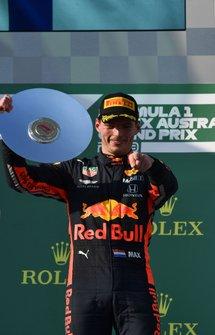Le troisième, Max Verstappen, Red Bull Racing, avec son trophée