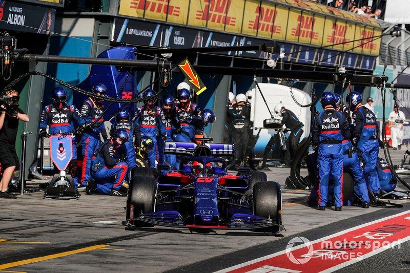 Daniil Kvyat, Toro Rosso STR14, esce dal pit dopo la sosta