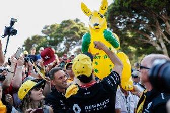 Daniel Ricciardo, Renault F1 Team signs autographs for fans