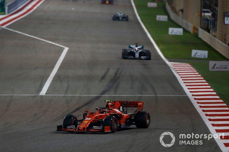 """Leclerc – volta 46 Tem alguma coisa estranha com o motor! O que está acontecendo? Equipe: Não temos recuperação de energia. Leclerc: Sim, mas eu não posso... oh meu Deus! Equipe: Mantenha a calma, precisamos do """"carro em casa"""". Leclerc: Sim, eu vou tentar. Estou me mantendo calmo."""
