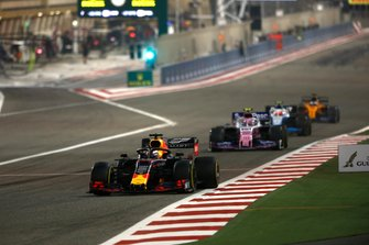 Max Verstappen, Red Bull Racing RB15, voor Lance Stroll, Racing Point RP19, en Robert Kubica, Williams FW42