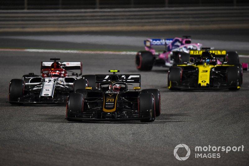 Kevin Magnussen, Haas F1 Team VF-19, precede Kimi Raikkonen, Alfa Romeo Racing C38, e Daniel Ricciardo, Renault R.S.19