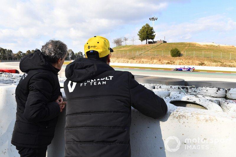 Daniel Ricciardo, Renault F1 Team and Alain Prost, Renault F1 Team Special Advisor ven las acciones mientras pasa Alex Albon, Scuderia Toro Rosso STR14