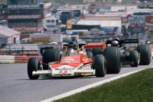James Hunt, McLaren M23-Ford, Mario Andretti, Lotus 77-Ford