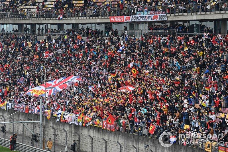 Tifosi a supporto di Lewis Hamilton, Mercedes AMG F1, e Sebastian Vettel, Ferrari