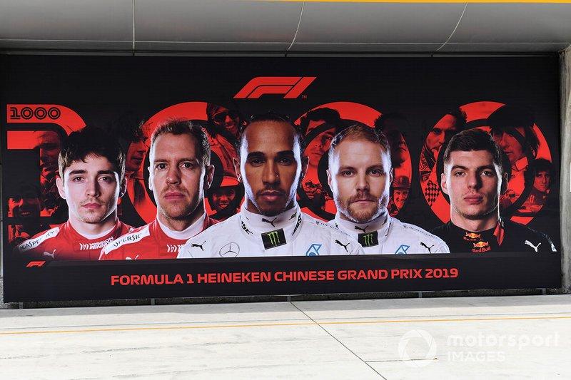 Charles Leclerc, Ferrari, Sebastian Vettel, Ferrari, Lewis Hamilton, Mercedes AMG F1, Valtteri Bottas, Mercedes AMG F1, and Max Verstappen, Red Bull Racing, su un display F1 1000