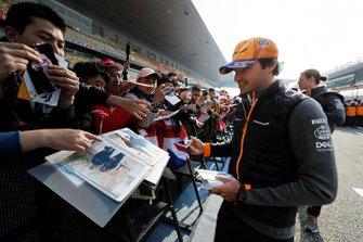 Карлос Сайнс (McLaren) роздає автографи