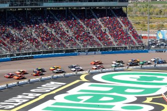 Kyle Busch, Joe Gibbs Racing, Toyota Camry SKITTLES and Clint Bowyer, Stewart-Haas Racing, Ford Mustang ITsavvy restart