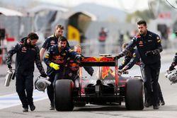 Daniil Kvyat, Red Bull Racing RB12 wird in der Box zurück geschoben