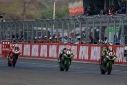 Tom Sykes, del Kawasaki Racing Team, Jonathan Rea, Kawasaki Racing Team y Chaz Davies, Aruba.it Raci