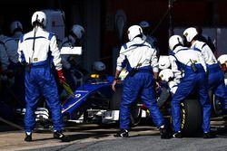 Marcus Ericsson, Sauber C35 practices a pit stop