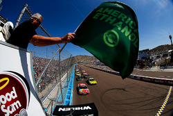 Start action, Kyle Busch, Joe Gibbs Racing Toyota leads