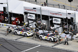 Микаэль Кристенсен, Эрл Бамбер и Фредерик Маковецки, #912 Porsche Team North America Porsche 911 RSR