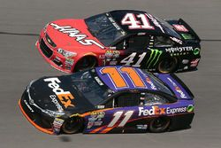 Denny Hamlin, Joe Gibbs Racing Toyota, et Kurt Busch, Stewart-Haas Racing Chevrolet