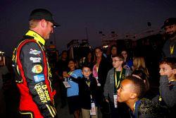 Clint Bowyer, HScott Motorsports Chevrolet habla con los niños