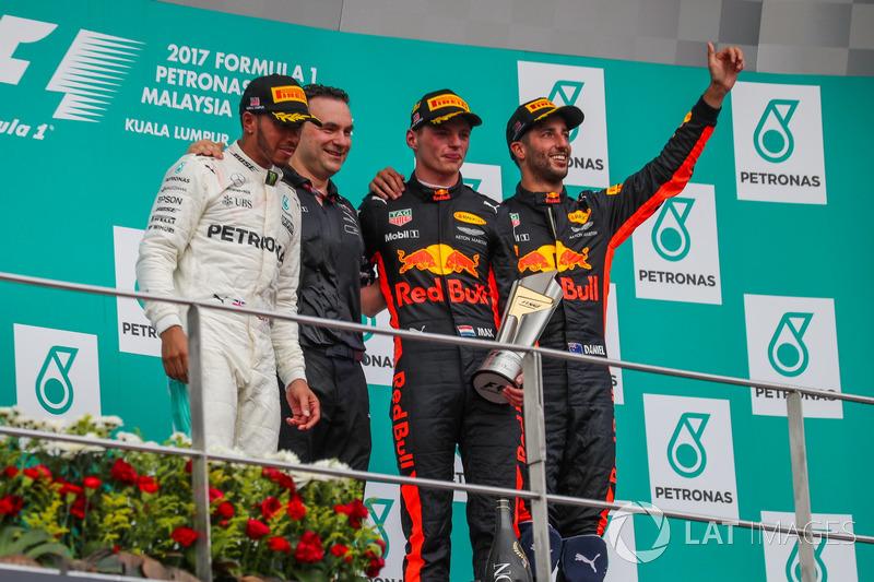 Lewis Hamilton, Mercedes AMG F1, Dan Fallows, Responsabile dell'Aerodinamica Red Bull Racing, il vincitore della gara Max Verstappen, Red Bull Racing e Daniel Ricciardo, Red Bull Racing festeggiano sul podio
