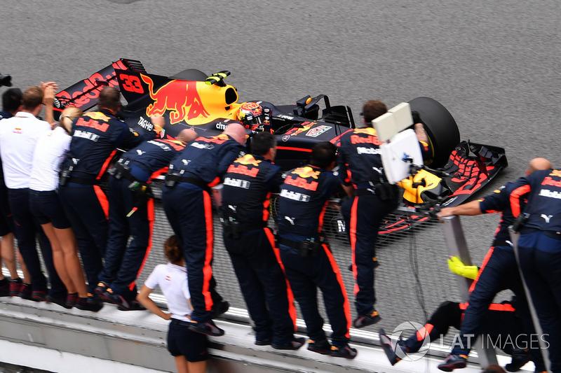 Il vincitore della gara Max Verstappen, Red Bull Racing RB13 taglia il traguardo