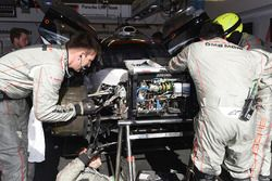 Les mécaniciens travaillent sur la #2 Porsche Team Porsche 919 Hybrid: Timo Bernhard, Earl Bamber, Brendon Hartley