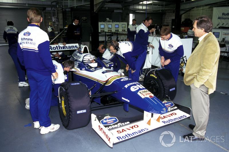 Riccardo Patrese a punto de salir a pista con el Williams Renault FW18 campeón del mundo (1996)