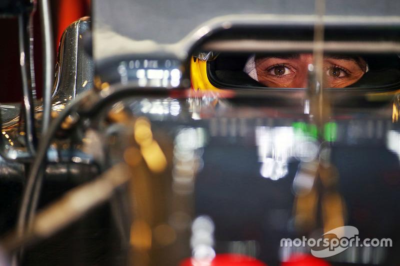 E é assim que Alonso vê Button ao final da temporada: pelo retrovisor. O asturiano bateu o britânico com larga vantagem: 15 a 5.