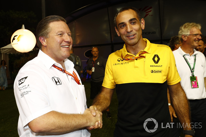 Zak Brown, Director Ejecutivo de McLaren Technology Group, Cyril Abiteboul, Director General de Renault Sport F1 Team se laudan en el paddock