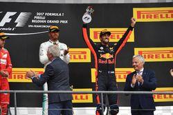 Подиум: победитель Льюис Хэмилтон, Mercedes AMG F1, и обладатель третьего места Даниэль Риккардо, Re