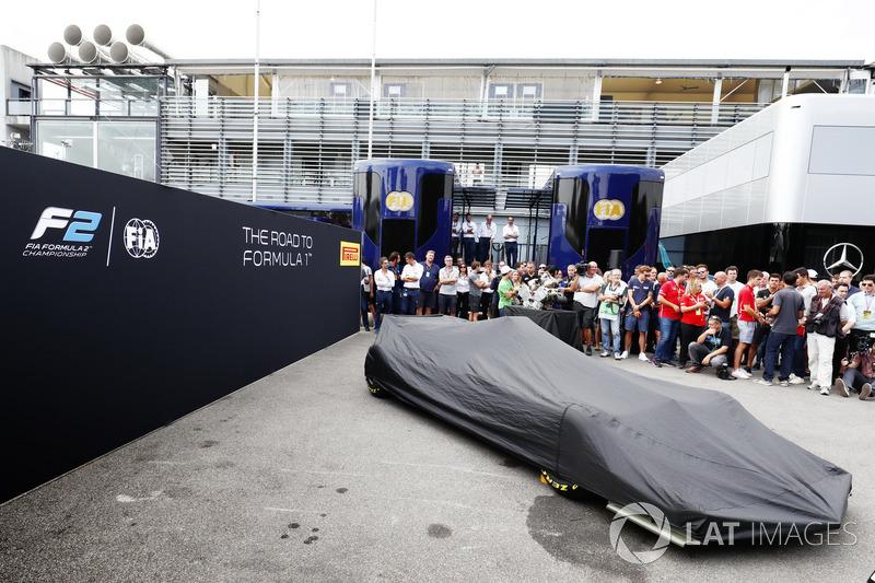 Новый автомобиль F2 под покрывалом