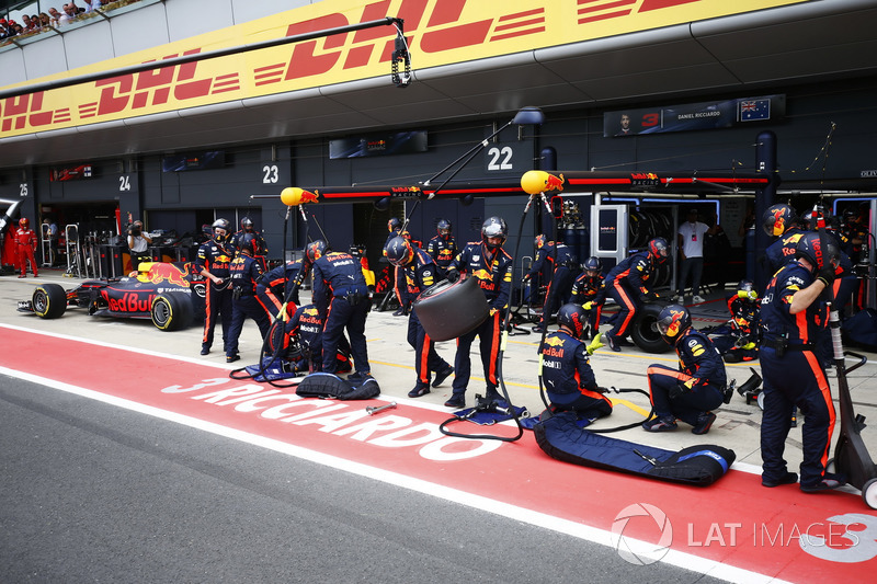 Max Verstappen, Red Bull Racing RB13, effettua il suo primo pit stop