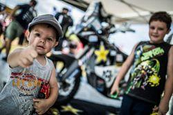 Дети в расположении команды Husqvarna Factory Racing