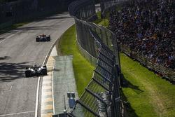 Max Verstappen, Red Bull Racing RB13, devant Lewis Hamilton, Mercedes AMG F1 W08