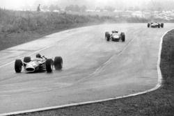 Грэм Хилл, Lotus 49-Ford, Джек Брэбэм, Brabham BT24-Repco, и Джеки Стюарт, BRM P83