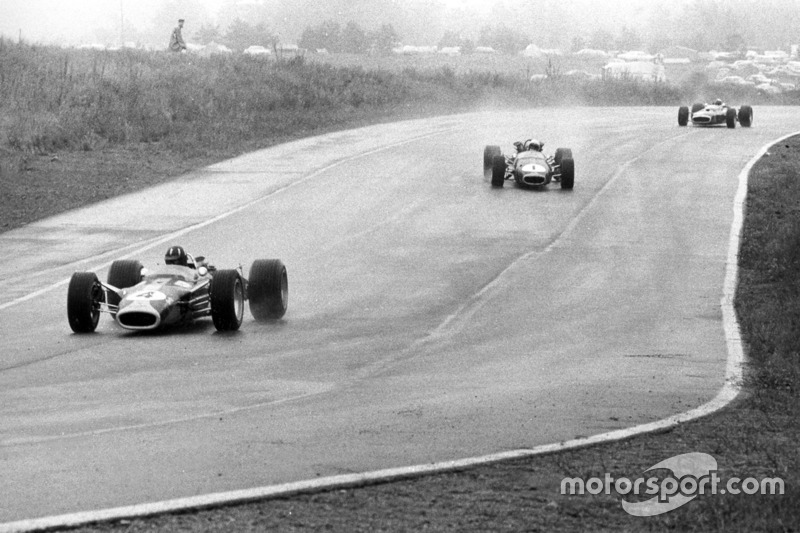 Graham Hill, Lotus 49-Ford, ve Jack Brabham, Brabham BT24-Repco, ve Jackie Stewart, BRM P83