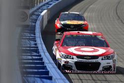 Kyle Larson, Chip Ganassi Racing Chevrolet leads Martin Truex Jr., Furniture Row Racing Toyota